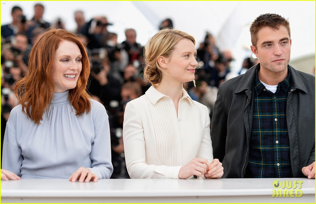 robert pattinson joins julianne moore mia wasikowska at cannes maps to the stars photo call 153117183