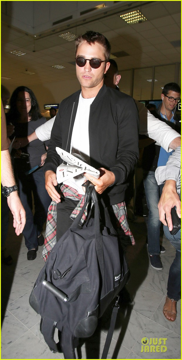 robert pattinson flies to nice for cannes 213115233