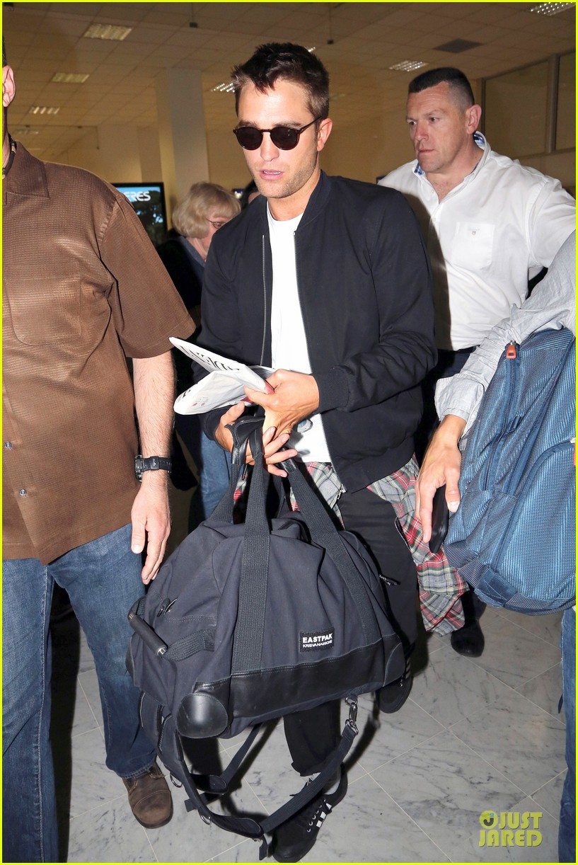 robert pattinson flies to nice for cannes 223115234