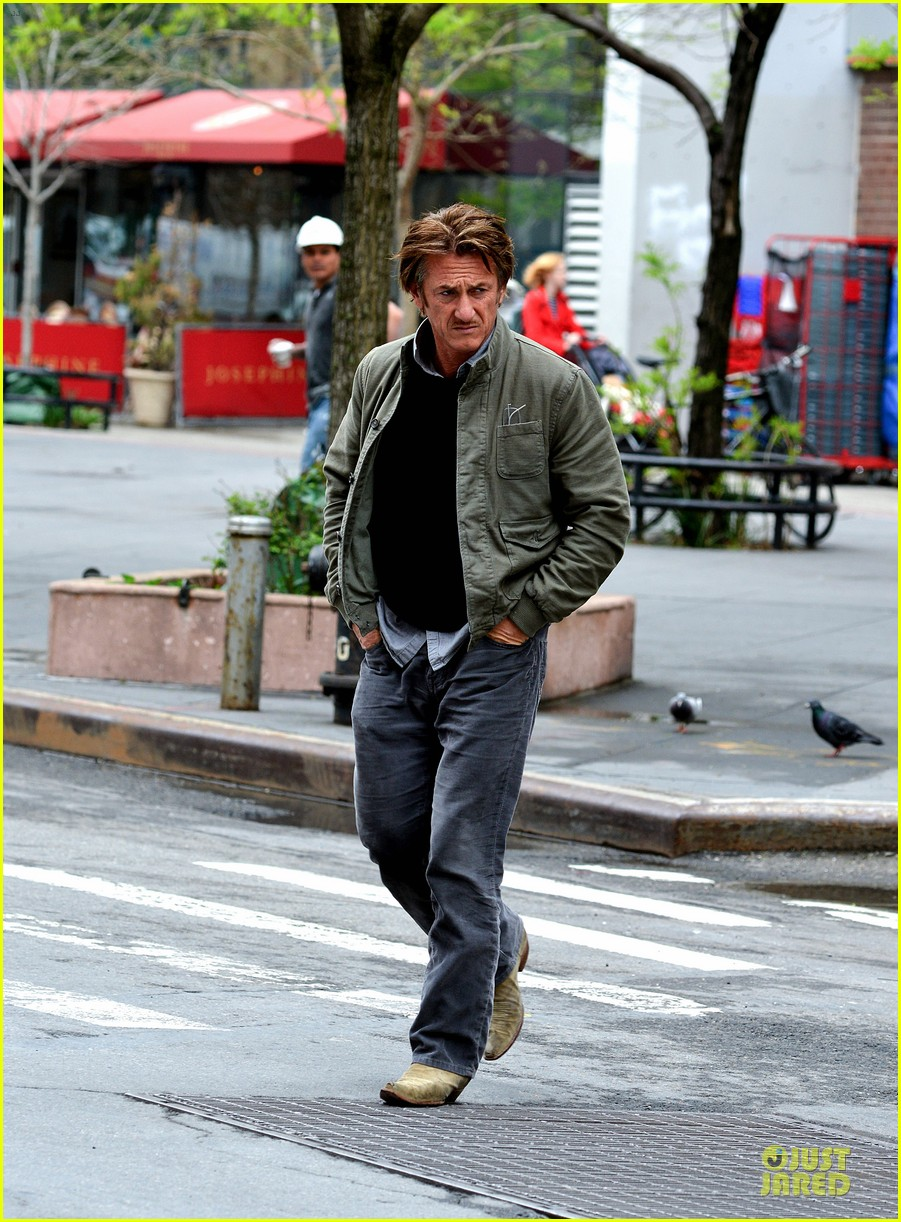 sean penn the gunman gets acquired 15