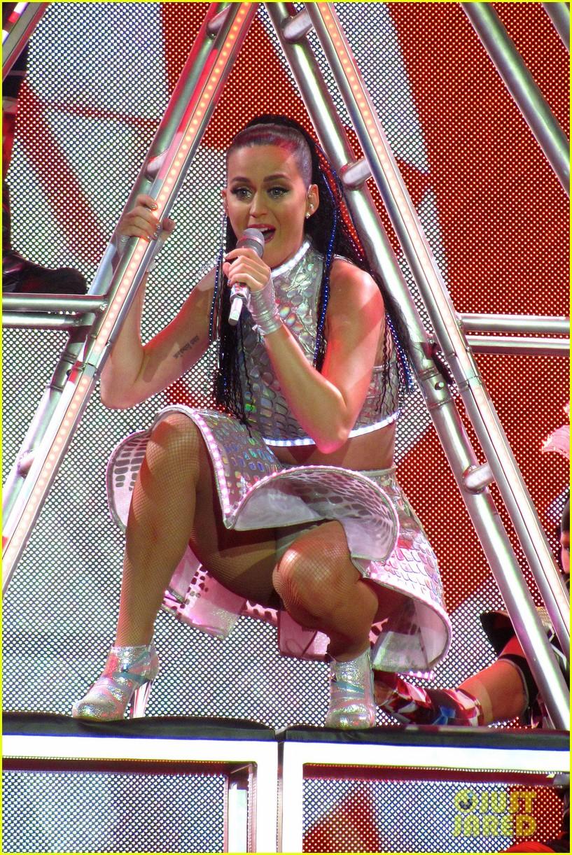 katy perry kicks off prismatic world tour 063107976