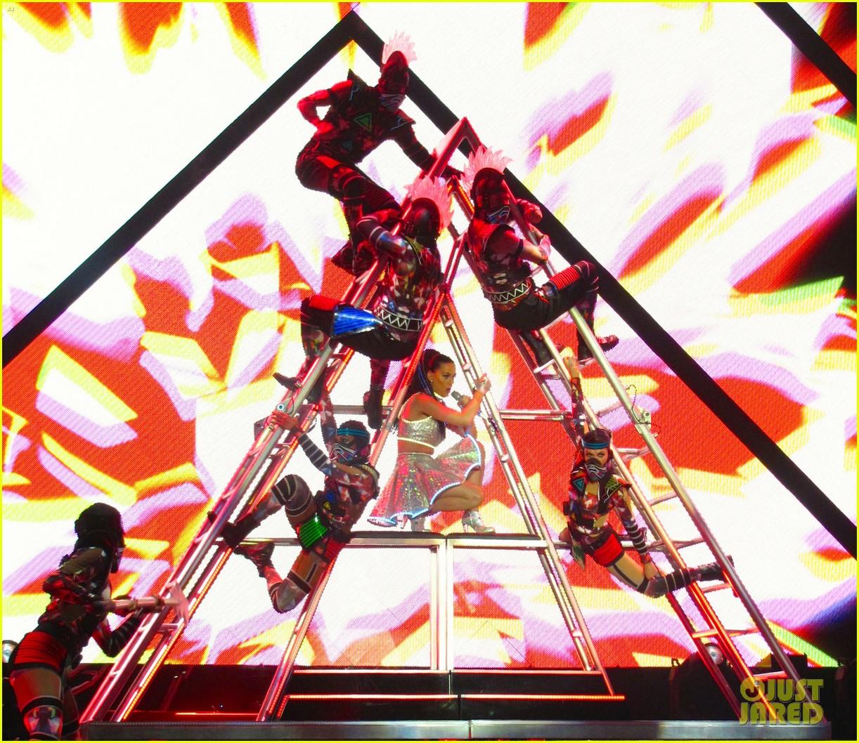 katy perry kicks off prismatic world tour 123107982