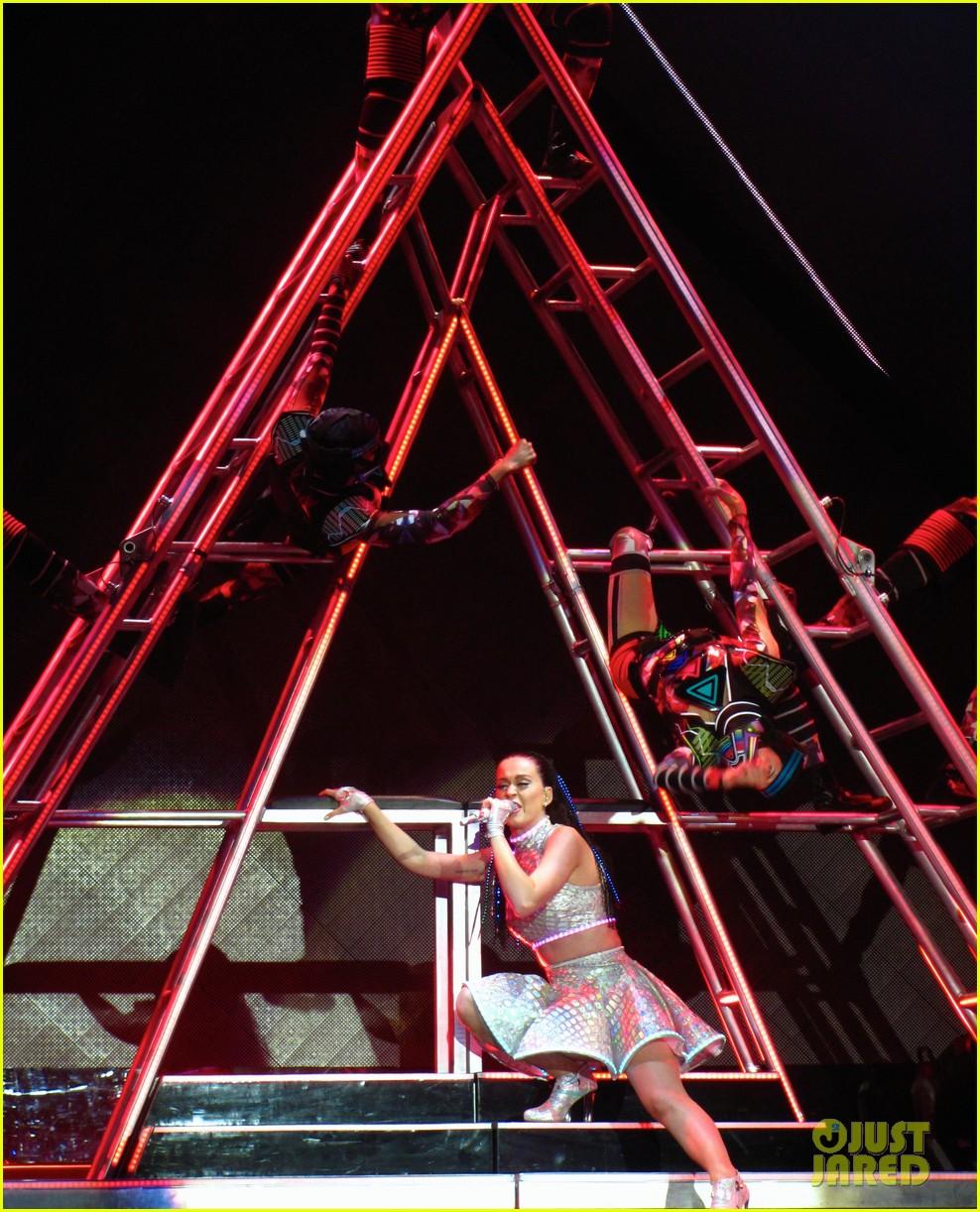 katy perry kicks off prismatic world tour 233107993