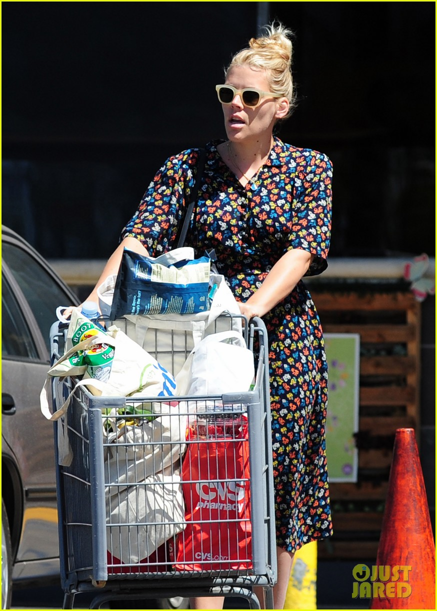 busy philipps cant keep from smiling after cougar town gets a renewal 083112405
