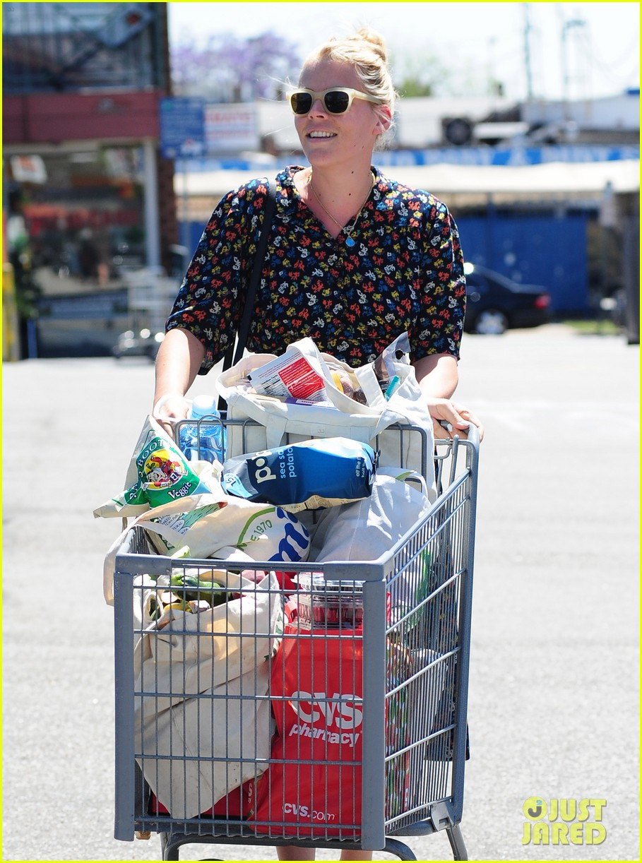 busy philipps cant keep from smiling after cougar town gets a renewal 14