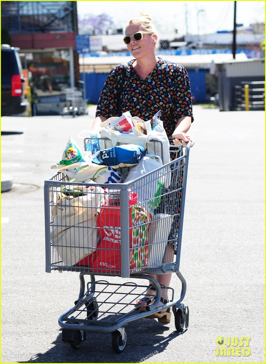 busy philipps cant keep from smiling after cougar town gets a renewal 153112412