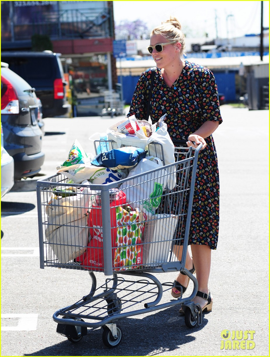 busy philipps cant keep from smiling after cougar town gets a renewal 163112413