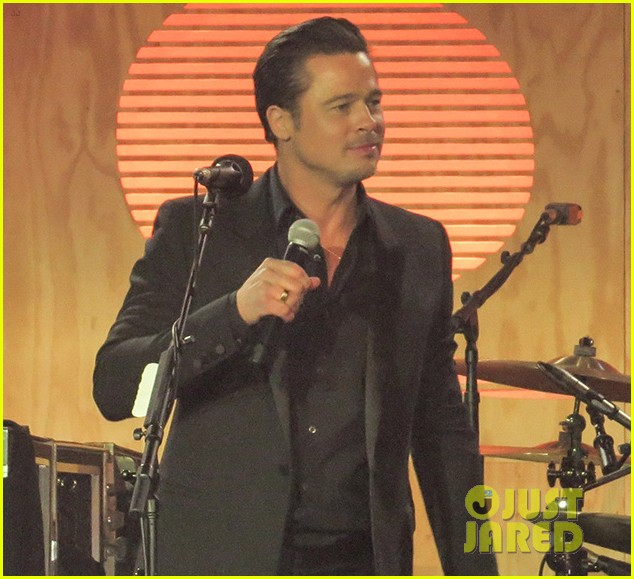 brad pitt plays tambourine for bruno mars at make it right gala 01