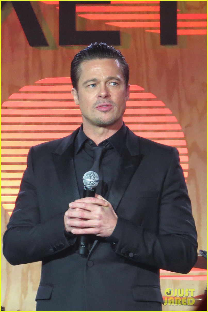 brad pitt plays tambourine for bruno mars at make it right gala 033119861