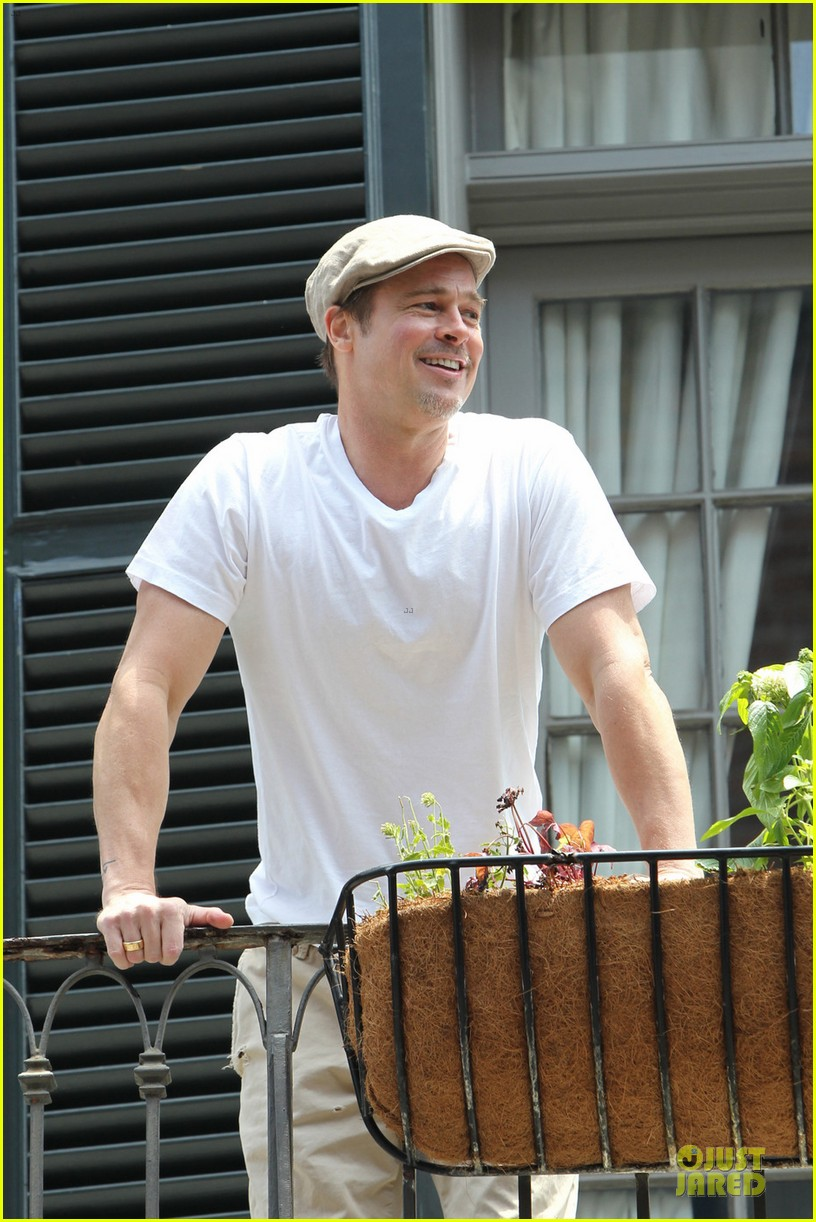 brad pitt grins ear to ear before make it right gala 043115607