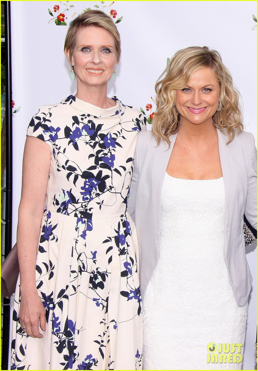 amy poehler drops by bette midler annual spring picnic 143124512