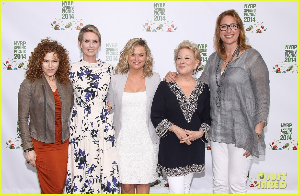 amy poehler drops by bette midler annual spring picnic 153124513