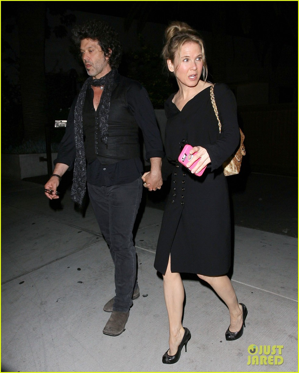 renee zellweger doyle bramhall iii hold hands 053119887