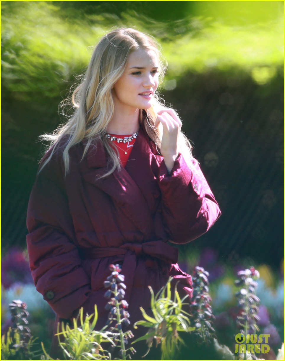 rosie huntington whiteley is ready for the met ball red carpet find out her secret 043105291