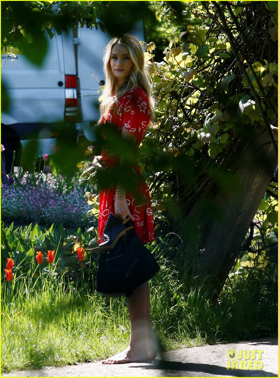 rosie huntington whiteley is ready for the met ball red carpet find out her secret 163105303
