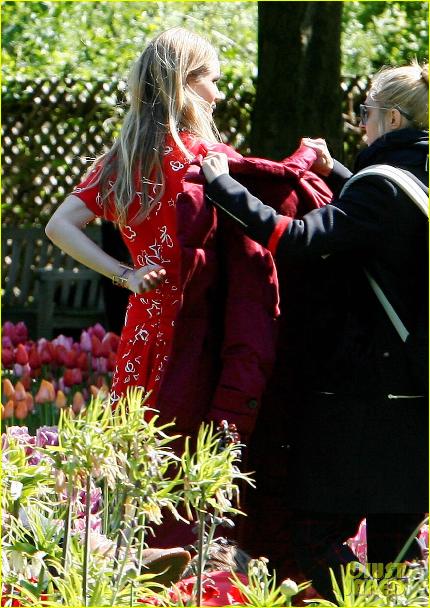rosie huntington whiteley is ready for the met ball red carpet find out her secret 253105312
