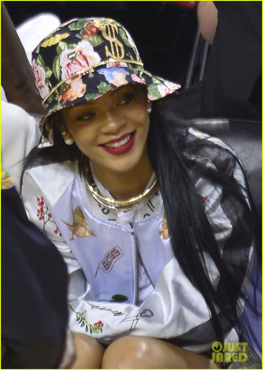 rihanna cheers on lebron james at nets heat game 02