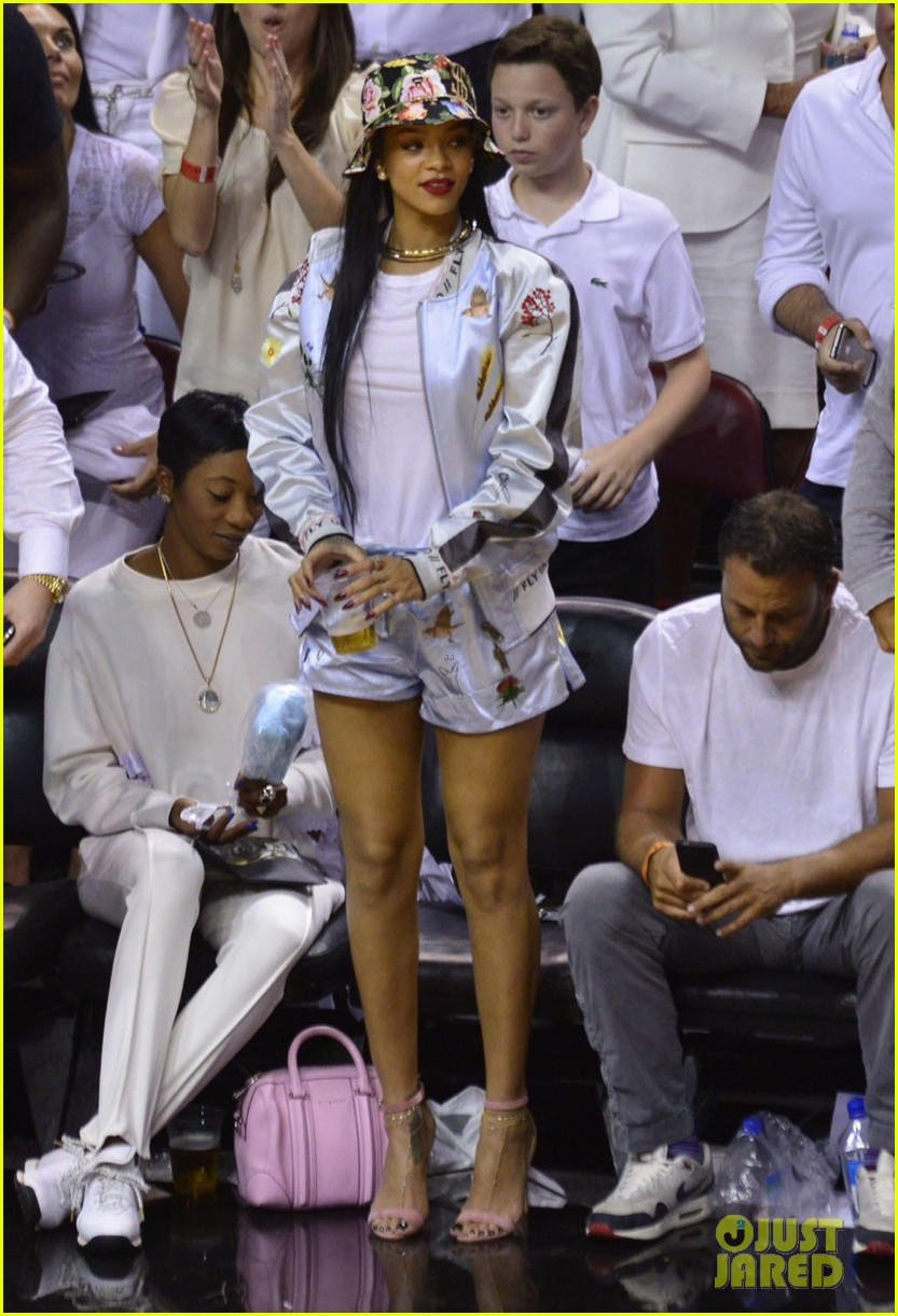 rihanna cheers on lebron james at nets heat game 033109067