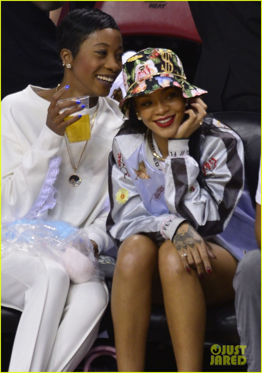 rihanna cheers on lebron james at nets heat game 043109068