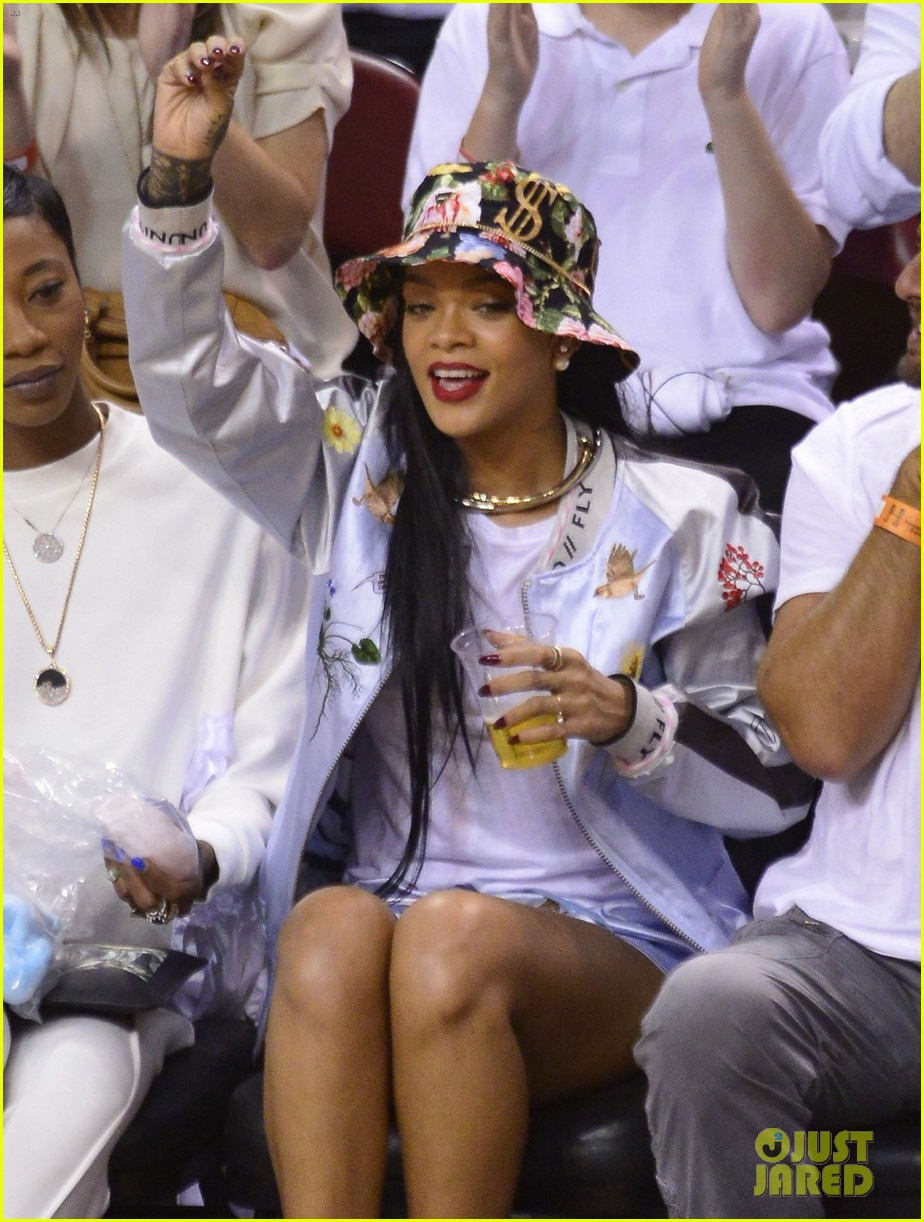 rihanna cheers on lebron james at nets heat game 063109070