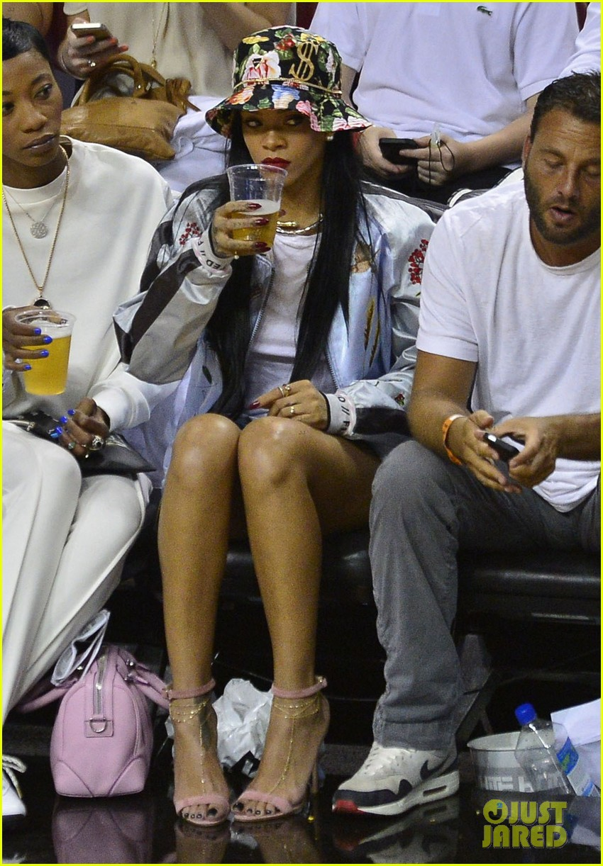 rihanna cheers on lebron james at nets heat game 123109076
