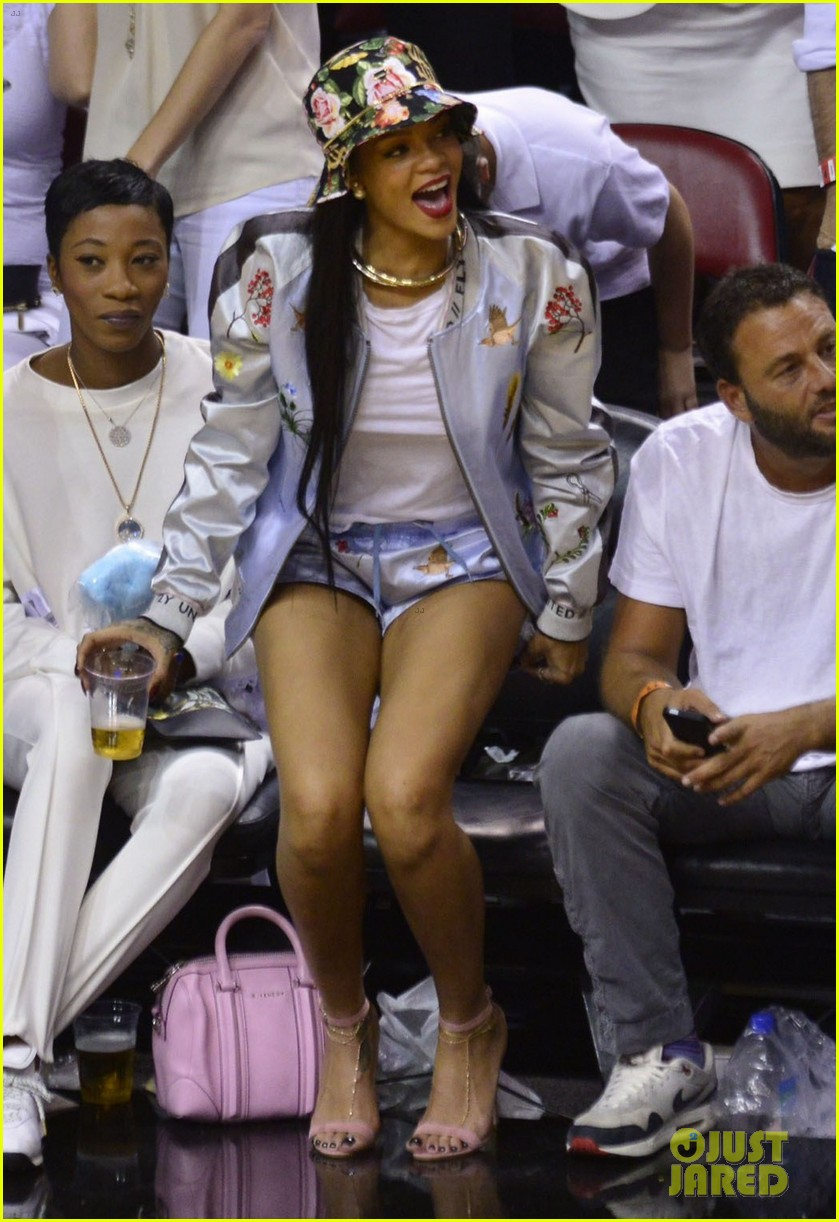 rihanna cheers on lebron james at nets heat game 213109085