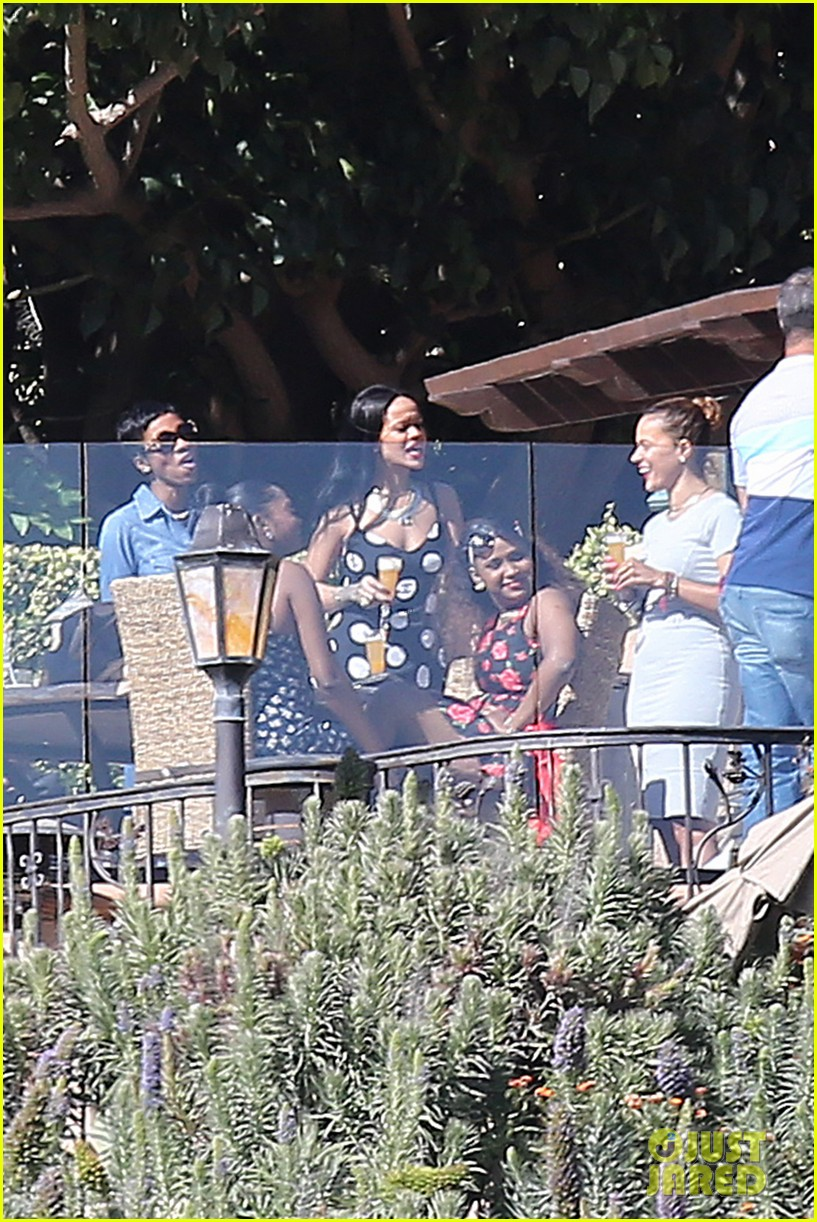 rihanna spends mothers day with family at malibu mansion 043111573
