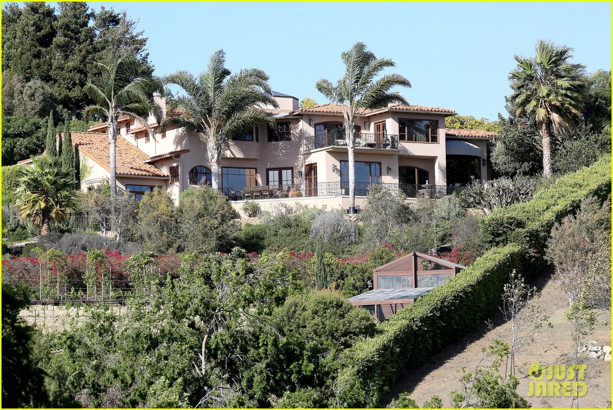 rihanna spends mothers day with family at malibu mansion 243111593