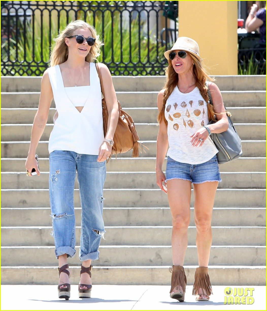 leann rimes shows some skin in cut out tank top 033103790