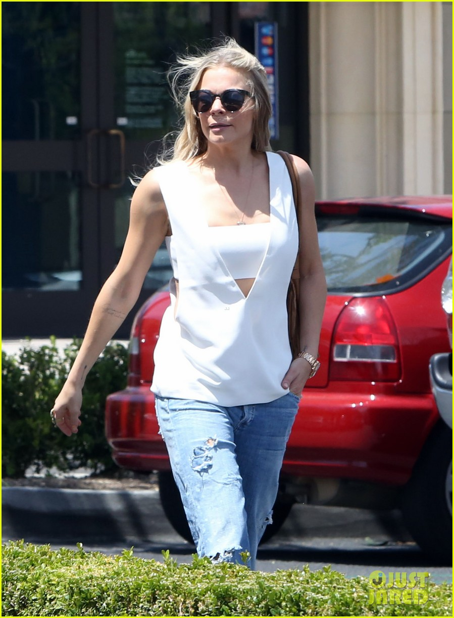 leann rimes shows some skin in cut out tank top 043103791