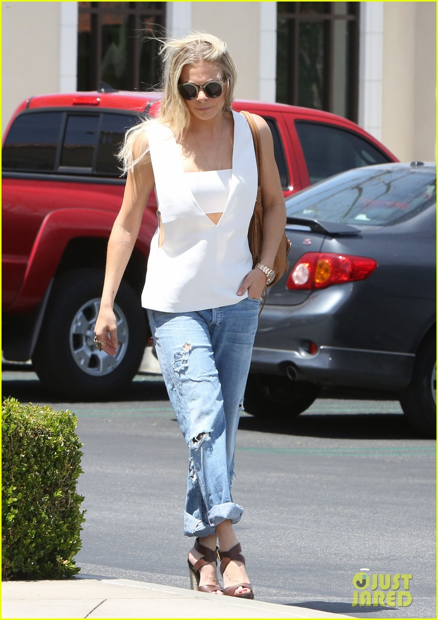 leann rimes shows some skin in cut out tank top 05
