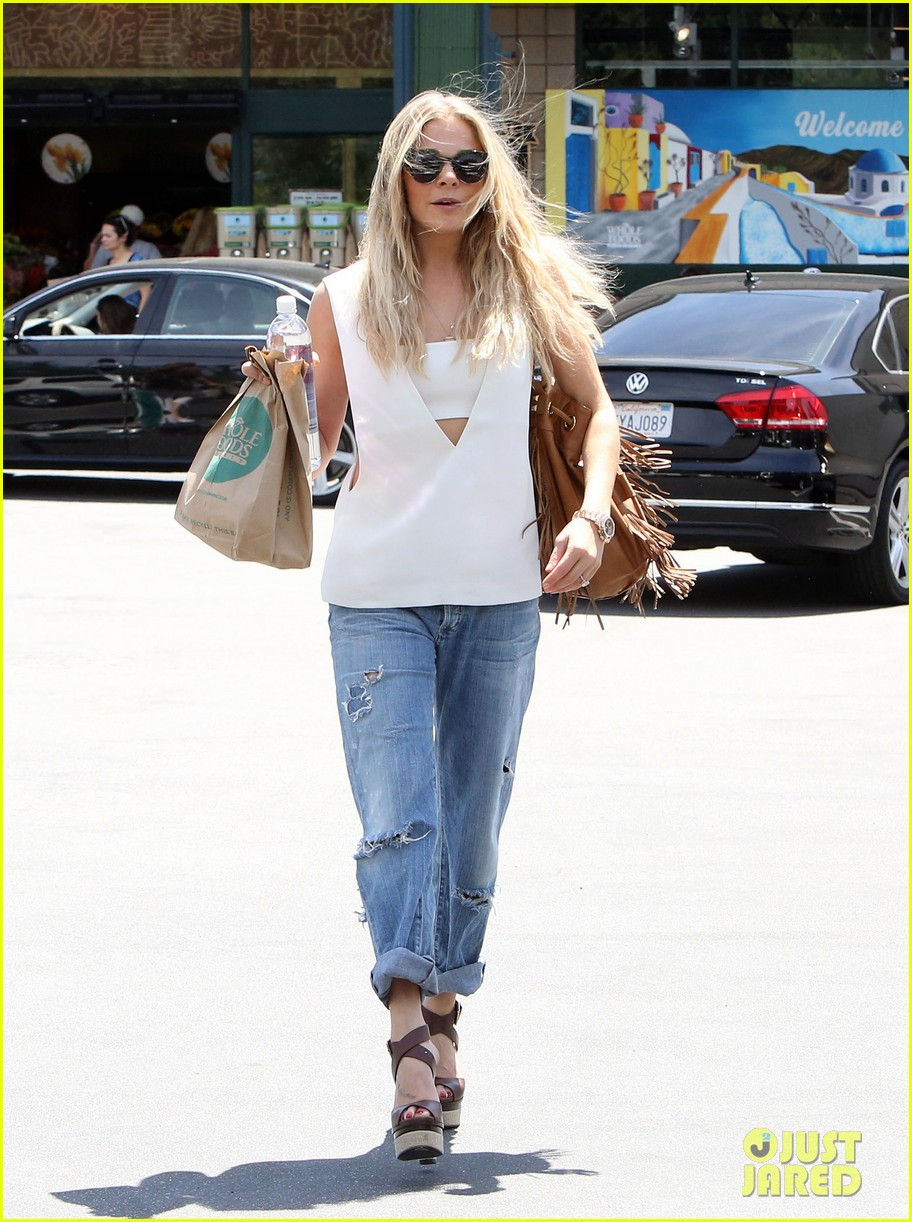 leann rimes shows some skin in cut out tank top 083103795