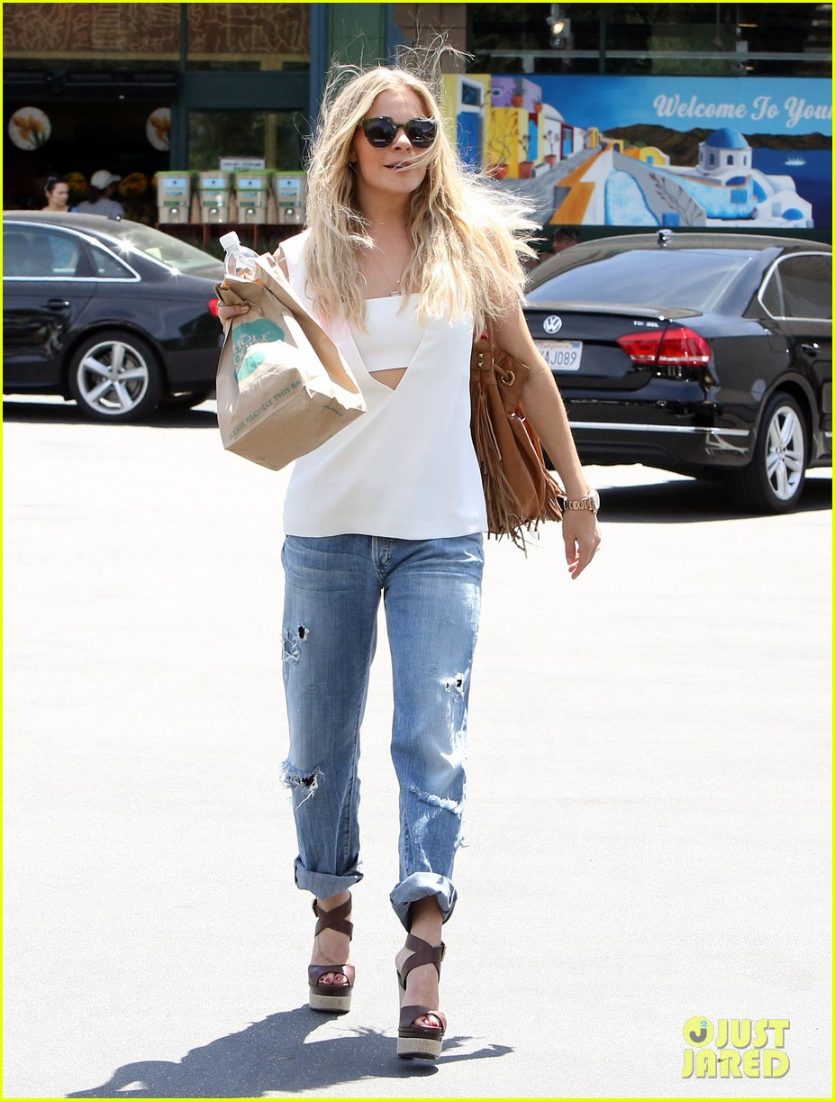 leann rimes shows some skin in cut out tank top 093103796