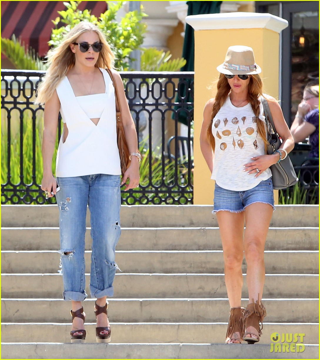 leann rimes shows some skin in cut out tank top 103103797