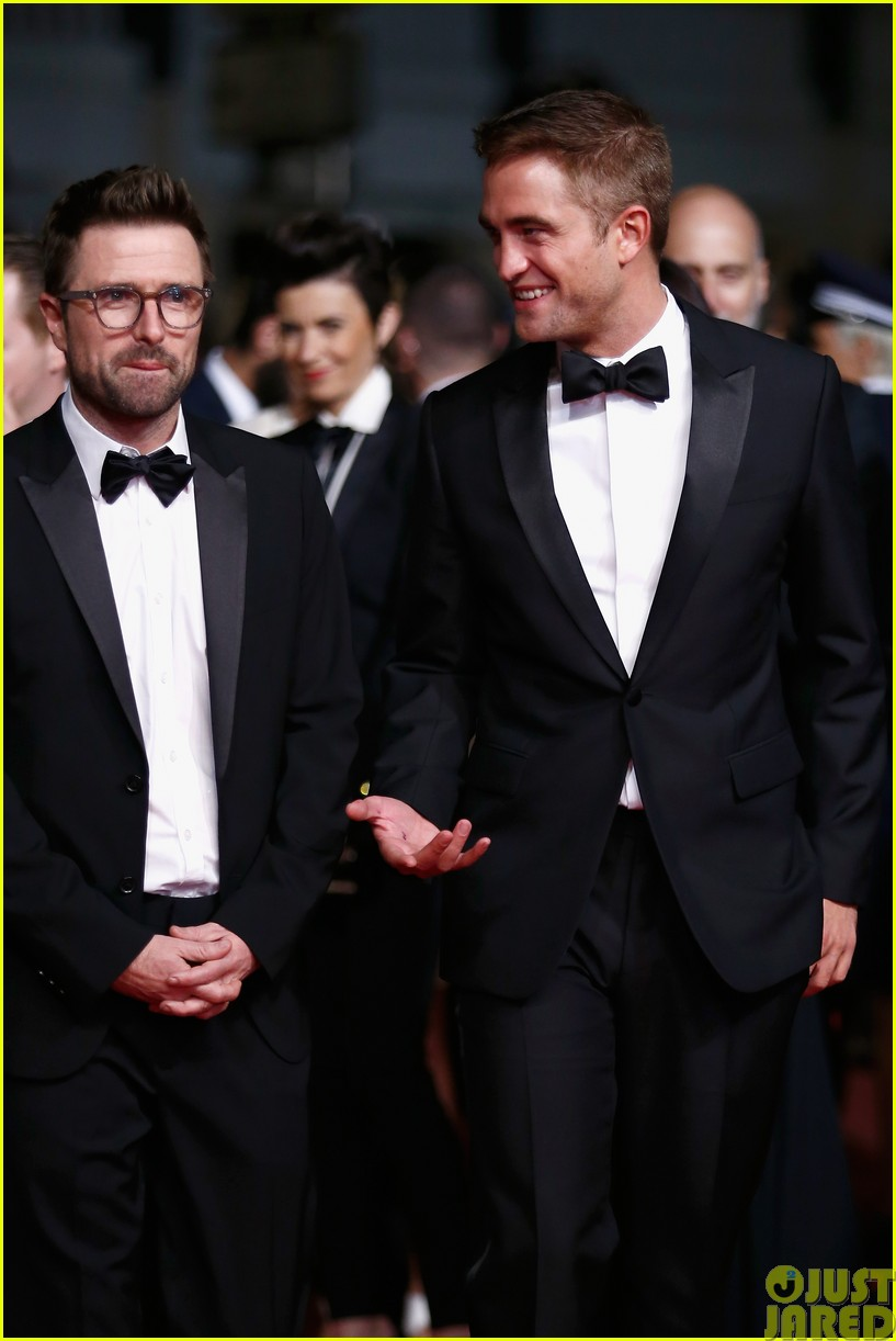 robert pattinson dons a dapper suit for the rover cannes premiere043116647