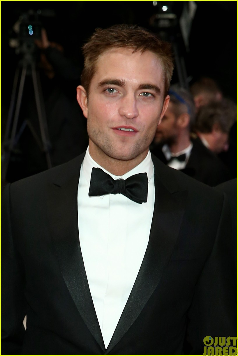 robert pattinson dons a dapper suit for the rover cannes premiere073116650