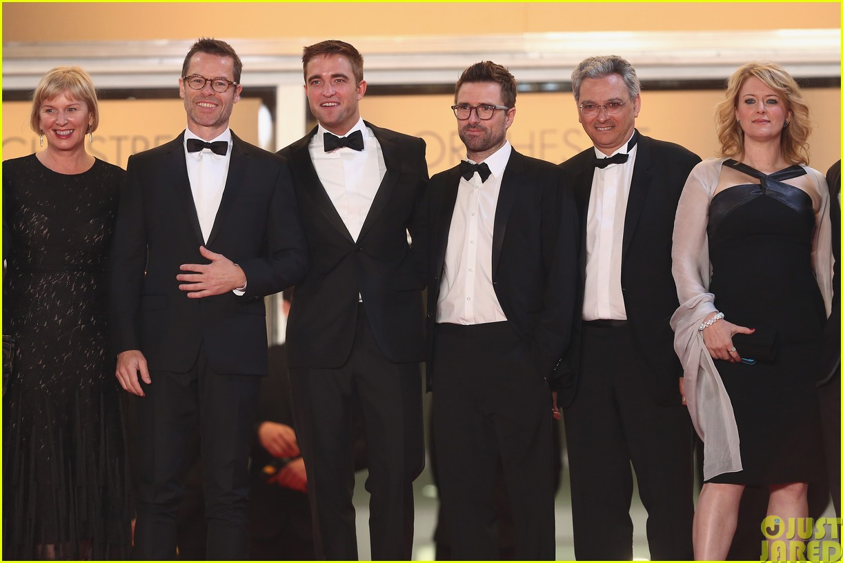 robert pattinson dons a dapper suit for the rover cannes premiere09