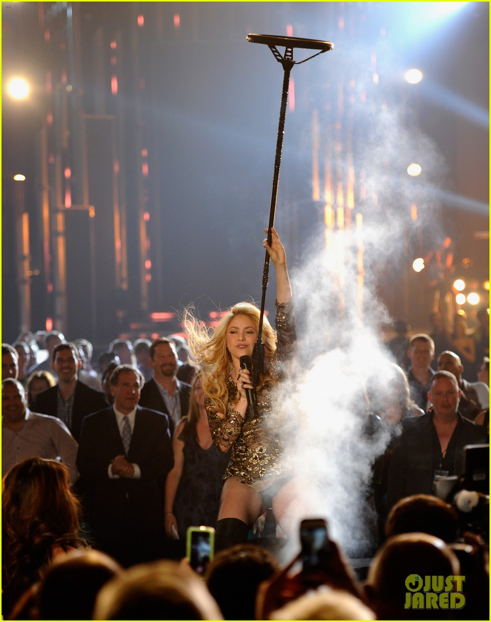 shakira performs billboard music awards 07