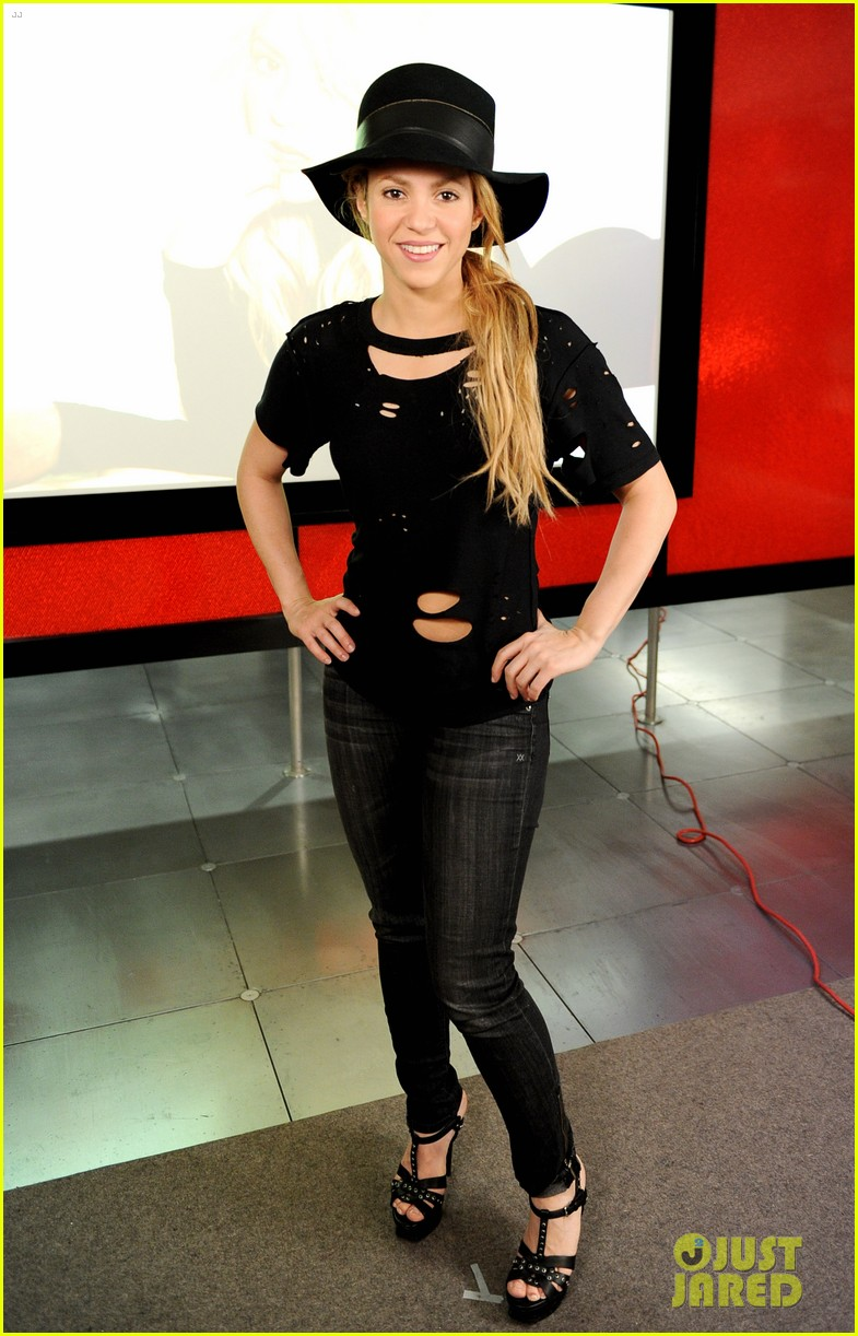 shakira performs new song the one thing on the voice 023102824