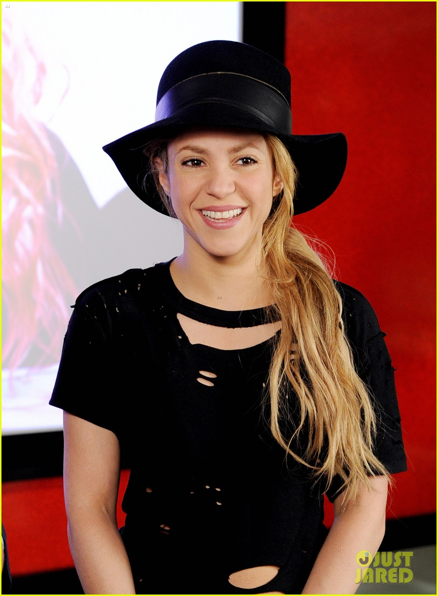 shakira performs new song the one thing on the voice 183102840