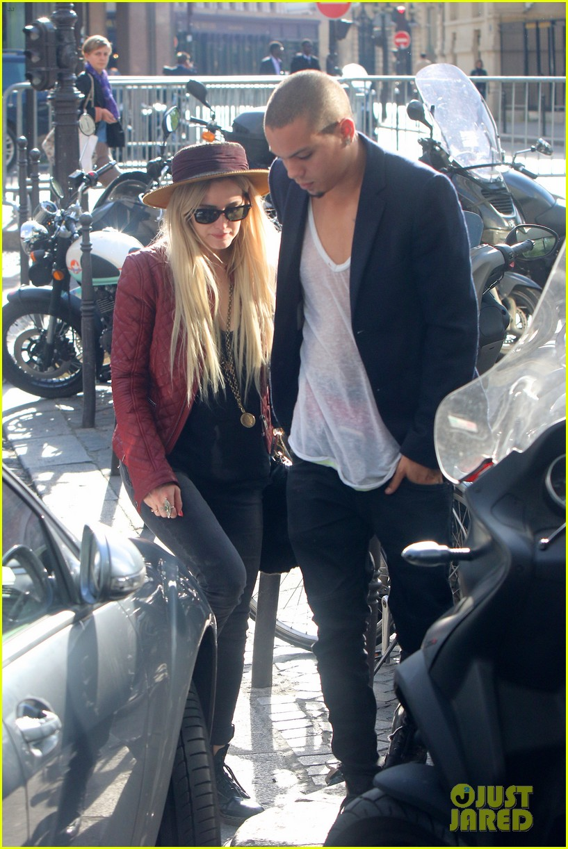 ashlee simpson joins fiance evan ross in paris for mockingjay 02