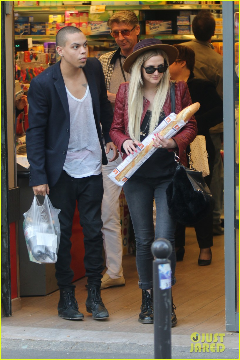 ashlee simpson joins fiance evan ross in paris for mockingjay 033108275