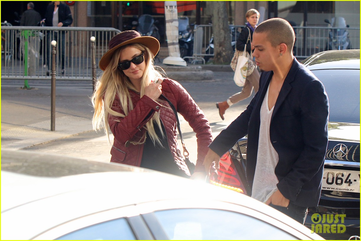 ashlee simpson joins fiance evan ross in paris for mockingjay 073108279