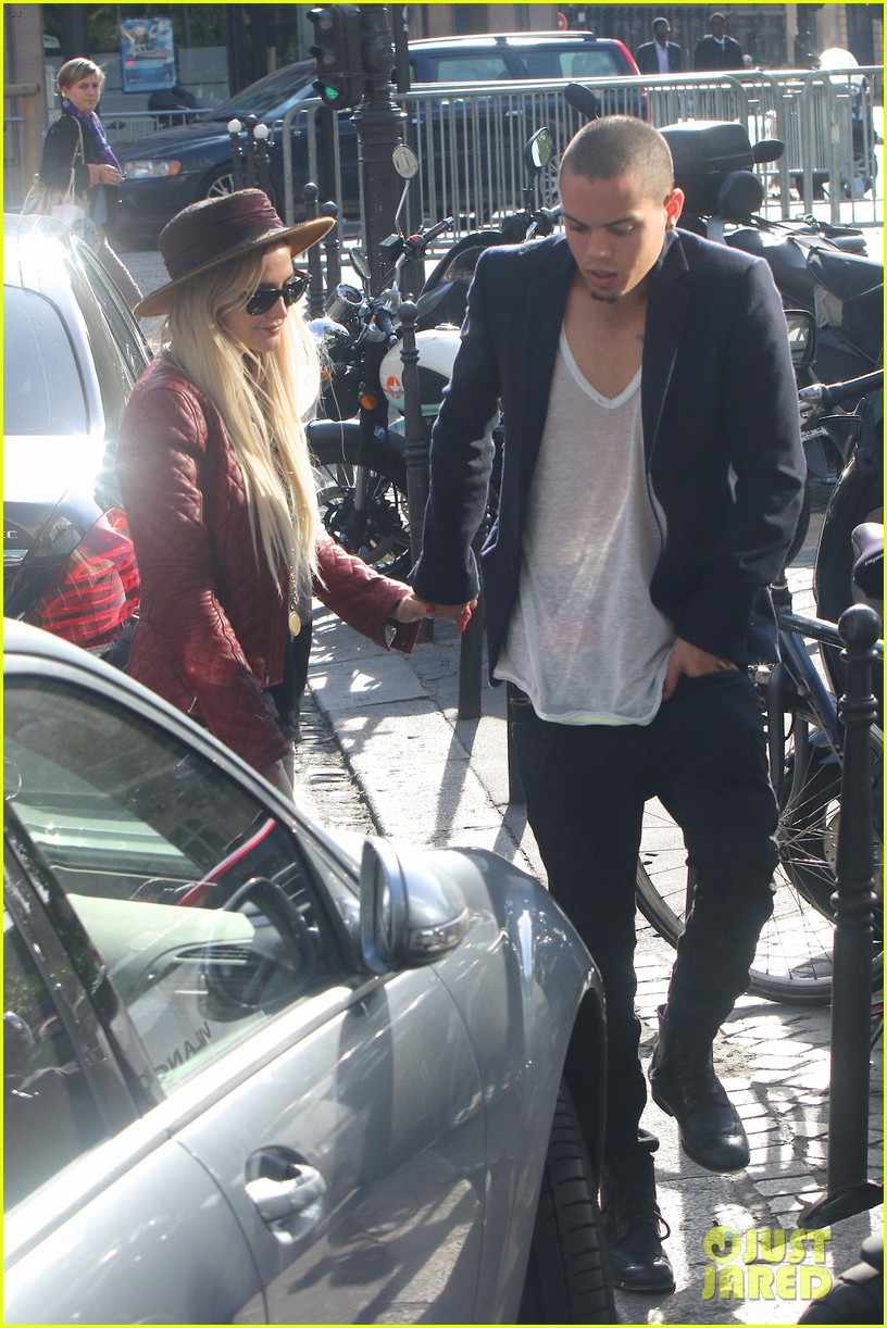ashlee simpson joins fiance evan ross in paris for mockingjay 083108280