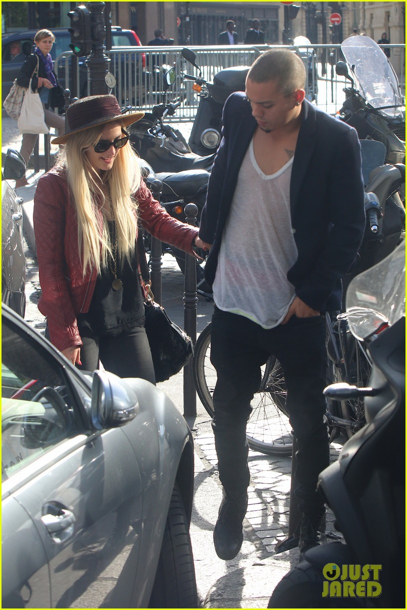 ashlee simpson joins fiance evan ross in paris for mockingjay 093108281