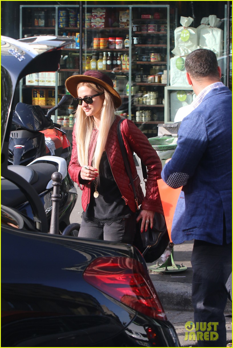 ashlee simpson joins fiance evan ross in paris for mockingjay 123108284