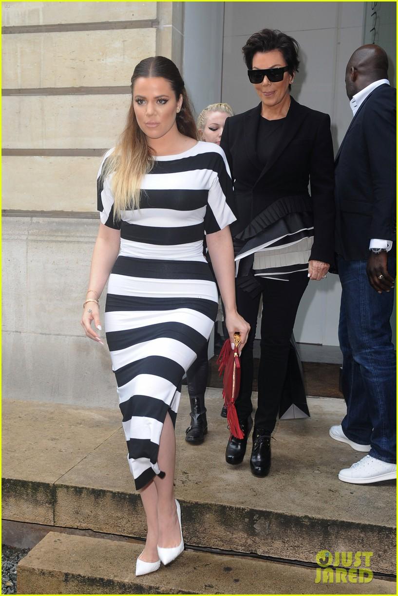 kardashian ladies snap selfies on glamorous shopping trip 083118980