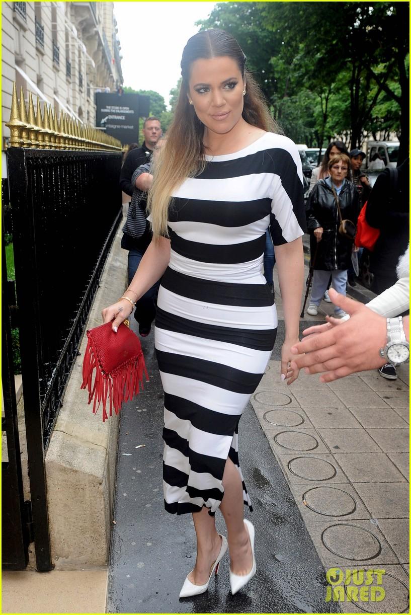 kardashian ladies snap selfies on glamorous shopping trip 103118982