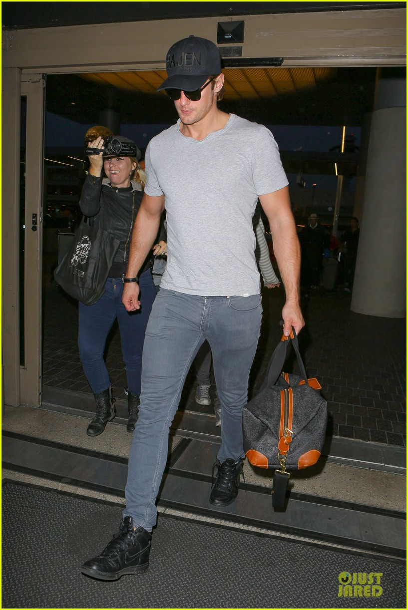 alexander skarsgard packs light lax departure 023120309