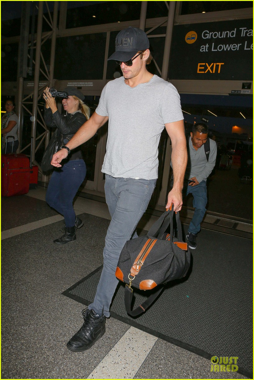alexander skarsgard packs light lax departure 153120322
